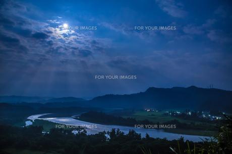 信濃川と満月の素材 [FYI00245868]