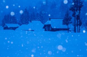 荻ノ島集落 深々と雪の降る夜の茅葺き民家の素材 [FYI00245869]