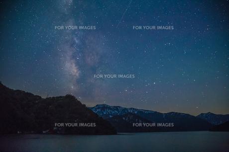 田子倉湖に立上がる天の川と満天の星の素材 [FYI00245877]