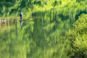 奥只見湖 新緑の映り込みと釣り人の写真素材 [FYI00245889]