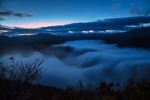 枝折峠 雲海と滝雲が豪快に流れる夜明け前の素材 [FYI00245890]