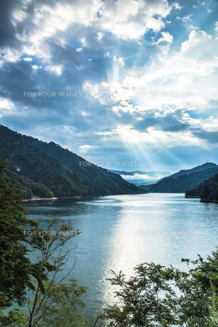 奥只見湖 雲間から出た光と光芒の素材 [FYI00245895]