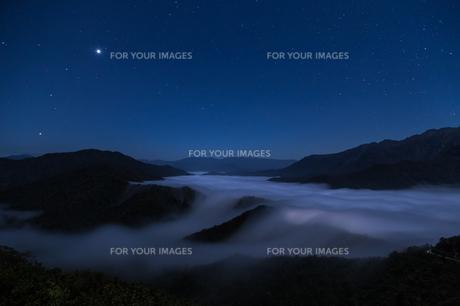 枝折峠 雲海・滝雲と星空の素材 [FYI00245897]