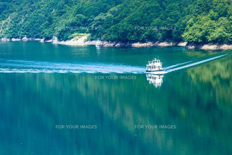 奥只見湖 緑の湖面を行く遊覧船の素材 [FYI00245902]