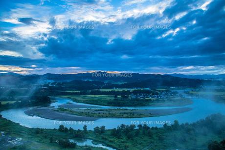 信濃川 蛇行する流れと霧の朝の素材 [FYI00245903]