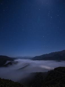 枝折峠 雲海・滝雲と星空の写真素材 [FYI00245907]
