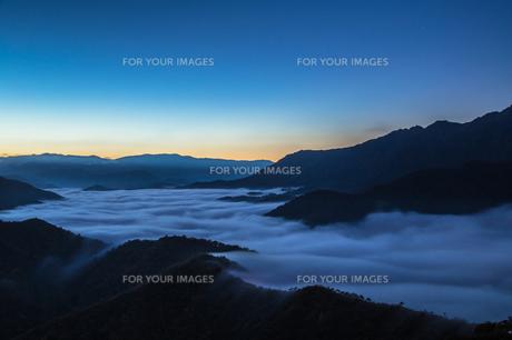枝折峠 雲海と朝焼けの夜明けの素材 [FYI00245908]