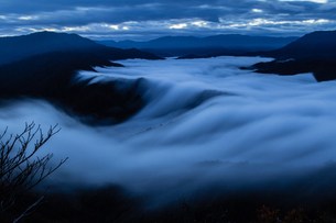 枝折峠 雲海と滝雲が豪快に流れる夜明け前の素材 [FYI00245913]