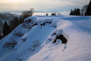 長岡市川口峠 朝焼けに染まると雲海と雪の断層の素材 [FYI00245942]