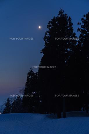 三日月と地球照の雪景色の素材 [FYI00245945]