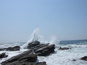 黒岩に白波の写真素材 [FYI00245949]