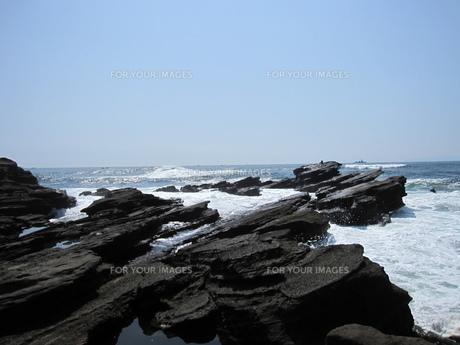 穏やかな海と黒岩の素材 [FYI00245962]