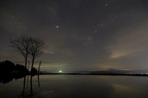 長岡市川口 夜空のオリオン座と、棚田の水面への映り込み(横構図)の写真素材 [FYI00245963]