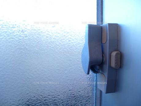 窓の鍵(施錠)の写真素材 [FYI00246136]