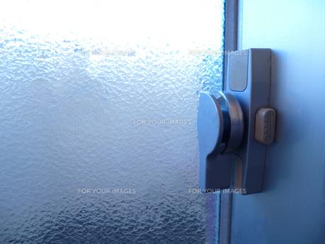 窓の鍵(開錠)の写真素材 [FYI00246157]