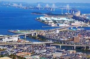 瀬戸大橋に向かう特急列車の写真素材 [FYI00247115]