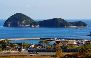讃岐の海岸沿いを優雅に走る特急列車うずしおの写真素材 [FYI00247133]