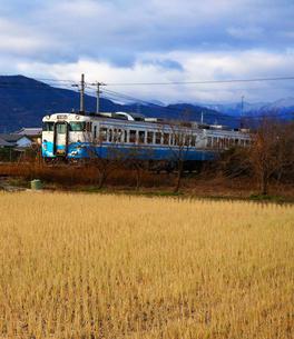 ローカル線を進む列車の写真素材 [FYI00247139]