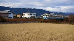ローカル線を行く列車の写真素材 [FYI00247158]