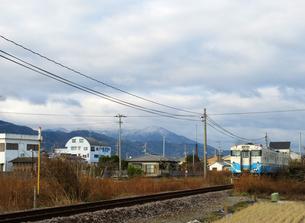 高越山と列車の写真素材 [FYI00247166]