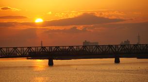 列車の窓は朝日を浴びてオレンジに輝いたの写真素材 [FYI00247170]