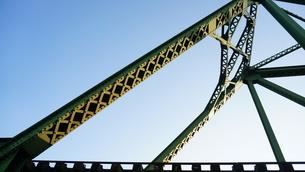 朝日が当たって輝く鉄橋の写真素材 [FYI00247174]