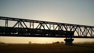 朝日を浴びてシルエットになった列車の写真素材 [FYI00247175]