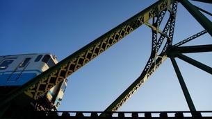 鉄橋の入り口に差し掛かった列車の写真素材 [FYI00247181]