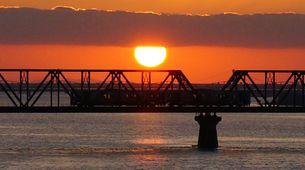 朝焼けに染まる列車と太陽の写真素材 [FYI00247194]