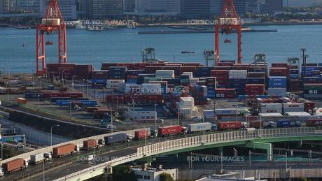 貨物トラックの順番待ちの写真素材 [FYI00247210]