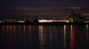 カラフルなライトの色で徳島阿波踊り空港周辺の海は描かれたの素材 [FYI00247211]