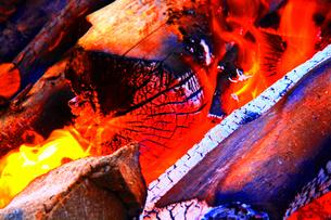 燃えさかる焚き木の素材 [FYI00248624]