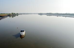 筑後川に浮かぶ小舟の写真素材 [FYI00248808]