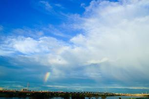 荒川土手から虹を見るの写真素材 [FYI00248943]