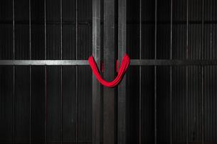 赤縄と格子の写真素材 [FYI00248992]