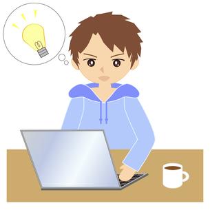 自宅でパソコンをする男性の写真素材 [FYI00249152]