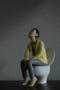 人形写真 トイレの写真素材 [FYI00249243]