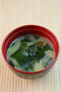 ワカメの味噌汁の写真素材 [FYI00249311]