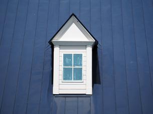 青い屋根と窓の写真素材 [FYI00250068]