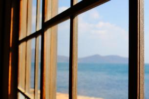 窓から見える瀬戸内海の写真素材 [FYI00250467]
