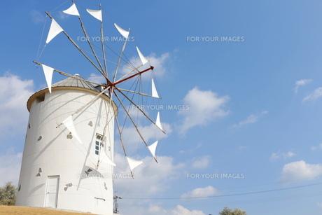 青空と風車の写真素材 [FYI00250469]