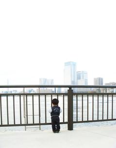 豊洲の海とマンションを眺める男の子の写真素材 [FYI00250622]