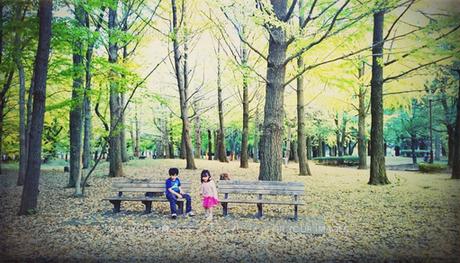 鮮やかなイチョウの木々の中の少年少女の写真素材 [FYI00250630]