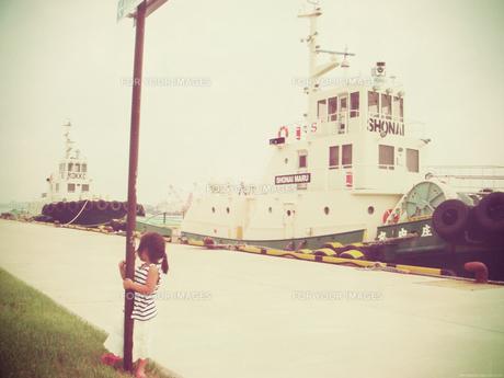 船を眺める少女の素材 [FYI00250636]