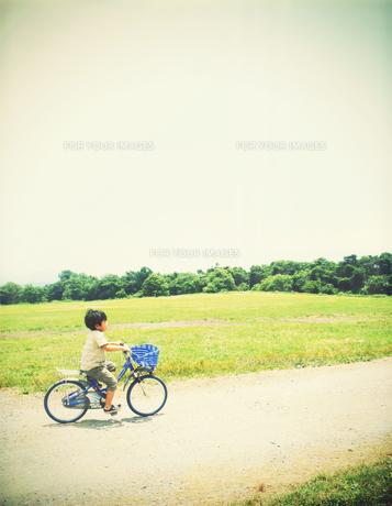 高原を自転車で走る少年の素材 [FYI00250647]