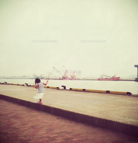 港を散策する少女の素材 [FYI00250652]