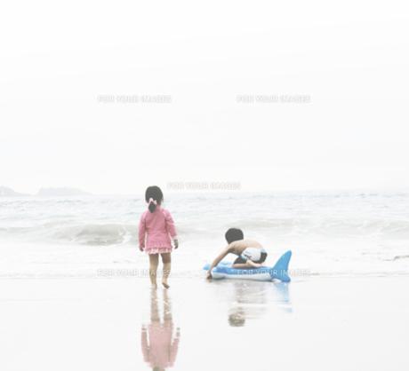 海を眺める少年少女の写真素材 [FYI00250653]