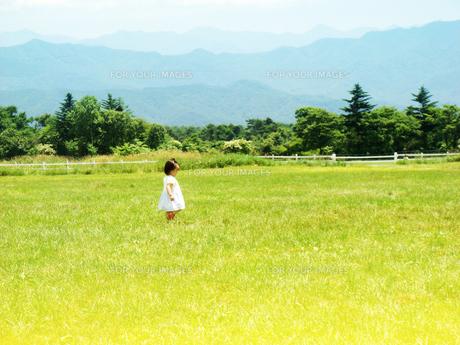 高原にたたずむ女の子の写真素材 [FYI00250664]