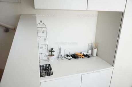 白い家の玄関の小物たちの写真素材 [FYI00250671]