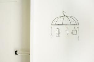 白いドア横のワイヤーアートの写真素材 [FYI00250677]